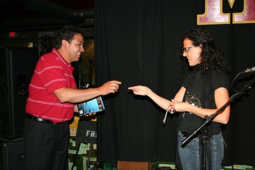 coordinadora-marcela-entregando-el-libro-al-ganador1
