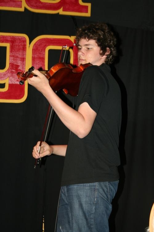 Josh, de Khabelle Studio, una Joven promesa del violín.