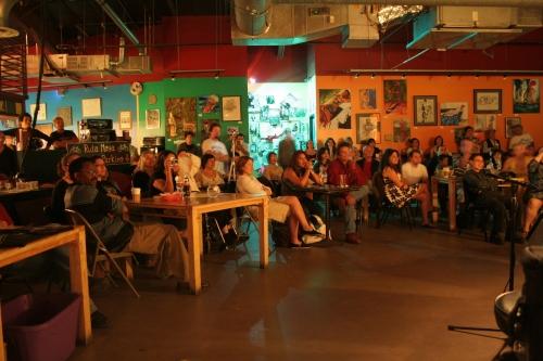 Parte del público que hace posible cafe con Letras, Espacio Cultural..